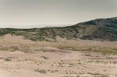 Άποψη μέσω της κοιλάδας ερήμων Sandflugtdalen προς τα βουνά και Greenlandic icecap, Γροιλανδία στοκ φωτογραφίες με δικαίωμα ελεύθερης χρήσης