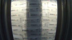 Άποψη μέσω της μηχανής δικράνων που παίρνει το σωρό τσαντών γύψου απόθεμα βίντεο