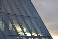 Άποψη μέσω της στέγης γυαλιού Πολύχρωμο ηλιοβασίλεμα πόλεων στοκ φωτογραφίες με δικαίωμα ελεύθερης χρήσης