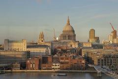 Άποψη μέσω του γυαλιού από τη στοά του Tate Modern στον καθεδρικό ναό του ST Paul Στοκ Εικόνες