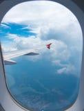 Άποψη μέσω του παραθύρου αεροπλάνων Στοκ φωτογραφίες με δικαίωμα ελεύθερης χρήσης