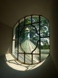 Άποψη μέσω του παραθύρου εκκλησιών Στοκ εικόνα με δικαίωμα ελεύθερης χρήσης