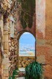 Άποψη μέσω του παραθύρου στη Roussillon, Προβηγκία, Γαλλία Στοκ φωτογραφία με δικαίωμα ελεύθερης χρήσης