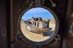 Άποψη μέσω του παραθύρου στο παλαιό σκάφος της ερήμου Στοκ φωτογραφία με δικαίωμα ελεύθερης χρήσης