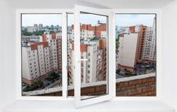 Άποψη μέσω του πλαισίου παραθύρων PVC στο μπαλκόνι στο υψηλό πάτωμα στο κτήριο πολυ-διαμερισμάτων Στοκ φωτογραφίες με δικαίωμα ελεύθερης χρήσης