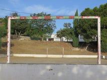 Άποψη μέσω του στόχου στο χώρο του χωριού αθλήσεων στο ανδαλουσιακό χωριό Στοκ Φωτογραφίες