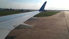 Άποψη μέσω του φωτιστικού των αεροσκαφών στον αερολιμένα Το αεροσκάφος ξετυλίγει στην άποψη αερολιμένων, μέσω απόθεμα βίντεο