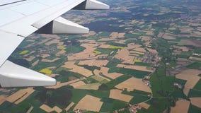 Άποψη μέσω του φωτιστικού των αεροσκαφών στο έδαφος, που πετά σε ένα αεροπλάνο πέρα από τους γεωργικούς τομείς φιλμ μικρού μήκους
