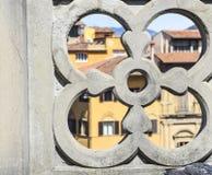 Άποψη μέσω του χρώματος αφαίρεσης σπιτιών πόλεων φρακτών πετρών backg στοκ εικόνες
