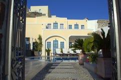 Άποψη μέσω των πορτών σε Santorini Στοκ Φωτογραφίες