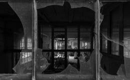 Άποψη μέσω των σπασμένων παραθύρων Στοκ εικόνες με δικαίωμα ελεύθερης χρήσης