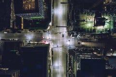 Άποψη ματιών πουλιών σχετικά με την οδό πόλεων τη νύχτα στο Σιάτλ, Ουάσιγκτον Στοκ Εικόνα