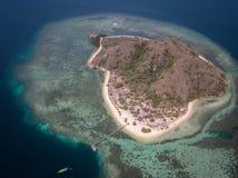 Άποψη ματιών πουλιών του νησιού Kanawa με τις τυρκουάζ βάρκες θάλασσας και τουριστών, Pasir Putih, Komodo, αντιβασιλεία δυτικού M στοκ φωτογραφία με δικαίωμα ελεύθερης χρήσης
