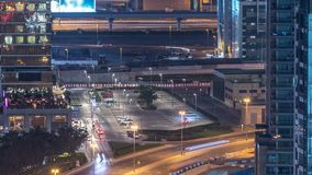 Άποψη ματιών πουλιών του ορίζοντα του Ντουμπάι timelapse και της κυκλοφορίας ώρας κυκλοφοριακής αιχμής μέσα κεντρικός τη νύχτα φιλμ μικρού μήκους