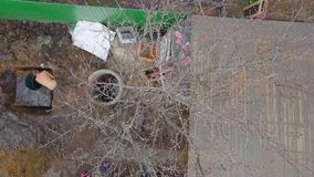 Άποψη ματιών πουλιών των εργαζομένων που σκάβουν το έδαφος φιλμ μικρού μήκους