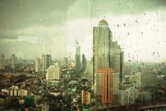 Άποψη ματιών πουλιών ξενοδοχείων της Μπανγκόκ Lebua μέσω του γυαλιού βροχής Στοκ φωτογραφίες με δικαίωμα ελεύθερης χρήσης