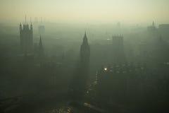 Άποψη ματιών πουλιών σχετικά με το Λονδίνο στην ελαφριά ομίχλη Στοκ φωτογραφία με δικαίωμα ελεύθερης χρήσης
