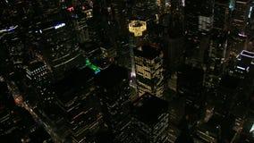 Άποψη ματιών πουλιών των κτηρίων νύχτας πόλεων της Νέας Υόρκης φιλμ μικρού μήκους