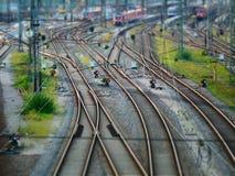 Άποψη μετατόπισης κλίσης σχετικά με τα φω'τα σημάτων δίπλα στις διαδρομές σιδηροδρόμων στοκ εικόνες με δικαίωμα ελεύθερης χρήσης