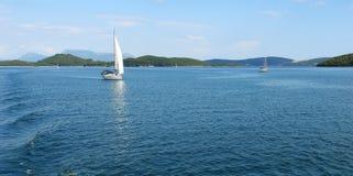 Άποψη με την μπλε θάλασσα, τα νησιά και τα γιοτ Στοκ φωτογραφία με δικαίωμα ελεύθερης χρήσης