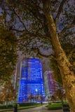 Άποψη με τους φωτισμένους ουρανοξύστες του Λονδίνου στη νύχτα στοκ φωτογραφία με δικαίωμα ελεύθερης χρήσης