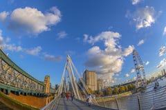 Άποψη με το διάσημο μάτι του Λονδίνου από τη χρυσή γέφυρα ιωβηλαίου, Λονδίνο Στοκ φωτογραφίες με δικαίωμα ελεύθερης χρήσης
