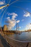 Άποψη με το μάτι του Λονδίνου από τις χρυσές γέφυρες ιωβηλαίου, Λονδίνο Στοκ Εικόνες