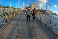 Άποψη με το μάτι του Λονδίνου από τις χρυσές γέφυρες ιωβηλαίου Στοκ εικόνες με δικαίωμα ελεύθερης χρήσης