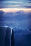Άποψη μηχανών αεροπλάνων από το παράθυρο με τον όμορφο ουρανό στην ανατολή κατά τη διάρκεια της πτήσης Στοκ εικόνες με δικαίωμα ελεύθερης χρήσης