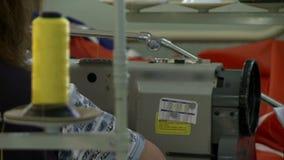 Άποψη μηχανών ραψίματος με τη μεταβαλλόμενη εστίαση απόθεμα βίντεο