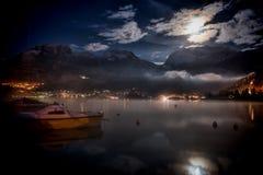 Άποψη μιας λίμνης τη νύχτα Στοκ εικόνα με δικαίωμα ελεύθερης χρήσης
