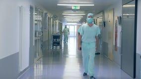 Άποψη μιας αίθουσας νοσοκομείων Πολλοί άνθρωποι σε μια αίθουσα κλινικών, εργασία απόθεμα βίντεο
