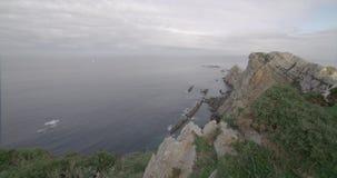 Άποψη μιας ευρείας γωνίας εντυπωσιακά clifs στην από την Κανταβρία ακτή φιλμ μικρού μήκους