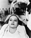 Άποψη μιας θηλυκής τρίχας πλύσης κομμωτών μιας νέας γυναίκας σε ένα κομμωτήριο (όλα τα πρόσωπα που απεικονίζονται δεν ζουν περισσ Στοκ εικόνες με δικαίωμα ελεύθερης χρήσης