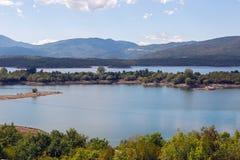 Άποψη μιας μεγάλης λίμνης με τα νησιά στο Μαυροβούνιο Στοκ φωτογραφία με δικαίωμα ελεύθερης χρήσης