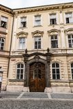 Άποψη μιας ξύλινης διακοσμημένης πόρτας σε μια οδό στην Πράγα στοκ φωτογραφία με δικαίωμα ελεύθερης χρήσης
