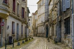 Άποψη μιας οδού κυβόλινθων με τα παλαιά κτήρια στο Angouleme Στοκ Εικόνες