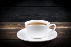 Άποψη μιας πρόσφατα παρασκευασμένης κούπας του καφέ espresso στο αγροτικό ξύλινο υπόβαθρο με woodgrain τη σύσταση Ύφος διαλειμμάτ στοκ εικόνες