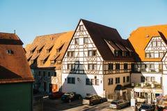 Άποψη μιας όμορφης οδού με τα παραδοσιακά γερμανικά σπίτια σε Rothenburg ob der Tauber στη Γερμανία Ευρωπαϊκή πόλη Στοκ Εικόνες
