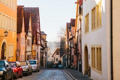Άποψη μιας όμορφης οδού με τα παραδοσιακά γερμανικά σπίτια σε Rothenburg ob der Tauber στη Γερμανία Ευρωπαϊκή πόλη Στοκ φωτογραφία με δικαίωμα ελεύθερης χρήσης