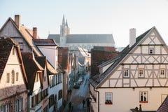 Άποψη μιας όμορφης οδού με τα παραδοσιακά γερμανικά σπίτια σε Rothenburg ob der Tauber στη Γερμανία Ευρωπαϊκή πόλη Στοκ φωτογραφίες με δικαίωμα ελεύθερης χρήσης