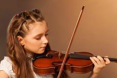 Άποψη μισό-προσώπου του όμορφου βιολιού παιχνιδιού κοριτσιών Στοκ Φωτογραφίες