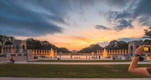 Άποψη μνημείων της Ουάσιγκτον από WWII το αναμνηστικό καλοκαίρι πηγών νερού απόθεμα βίντεο