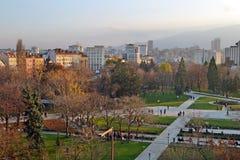 Άποψη μπαλκονιών των κτηρίων κοντά στο εθνικό παλάτι του πολιτισμού NDK στο κέντρο της Sofia, Βουλγαρία στοκ εικόνα
