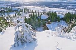 Άποψη να κάνει σκι του χωριού θερέτρου από την κορυφή λόφων Στοκ φωτογραφία με δικαίωμα ελεύθερης χρήσης