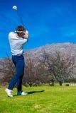 Άποψη να τοποθετήσει στο σημείο αφετηρίας παικτών γκολφ μακριά από ένα γράμμα Τ γκολφ Στοκ φωτογραφίες με δικαίωμα ελεύθερης χρήσης