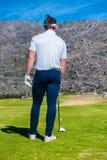 Άποψη να τοποθετήσει στο σημείο αφετηρίας παικτών γκολφ μακριά από ένα γράμμα Τ γκολφ Στοκ εικόνες με δικαίωμα ελεύθερης χρήσης