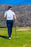 Άποψη να τοποθετήσει στο σημείο αφετηρίας παικτών γκολφ μακριά από ένα γράμμα Τ γκολφ Στοκ Φωτογραφία