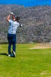 Άποψη να τοποθετήσει στο σημείο αφετηρίας παικτών γκολφ μακριά από ένα γράμμα Τ γκολφ Στοκ Εικόνες