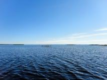 Άποψη νερού και μπλε ουρανού λιμνών Στοκ εικόνες με δικαίωμα ελεύθερης χρήσης
